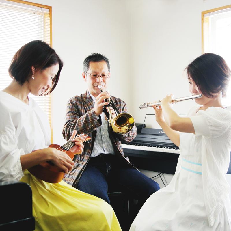 経験者の方はもちろん、今までに音楽経験がない方でも、習い始めて2〜3か月で簡単な曲が演奏出来るようになり、音楽を楽しめるようになります。