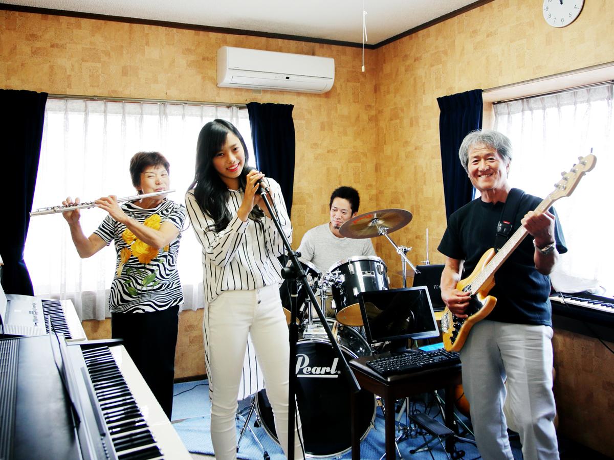 堀川ミュージックスクールなら生徒様同士でバンドを組むことができます。