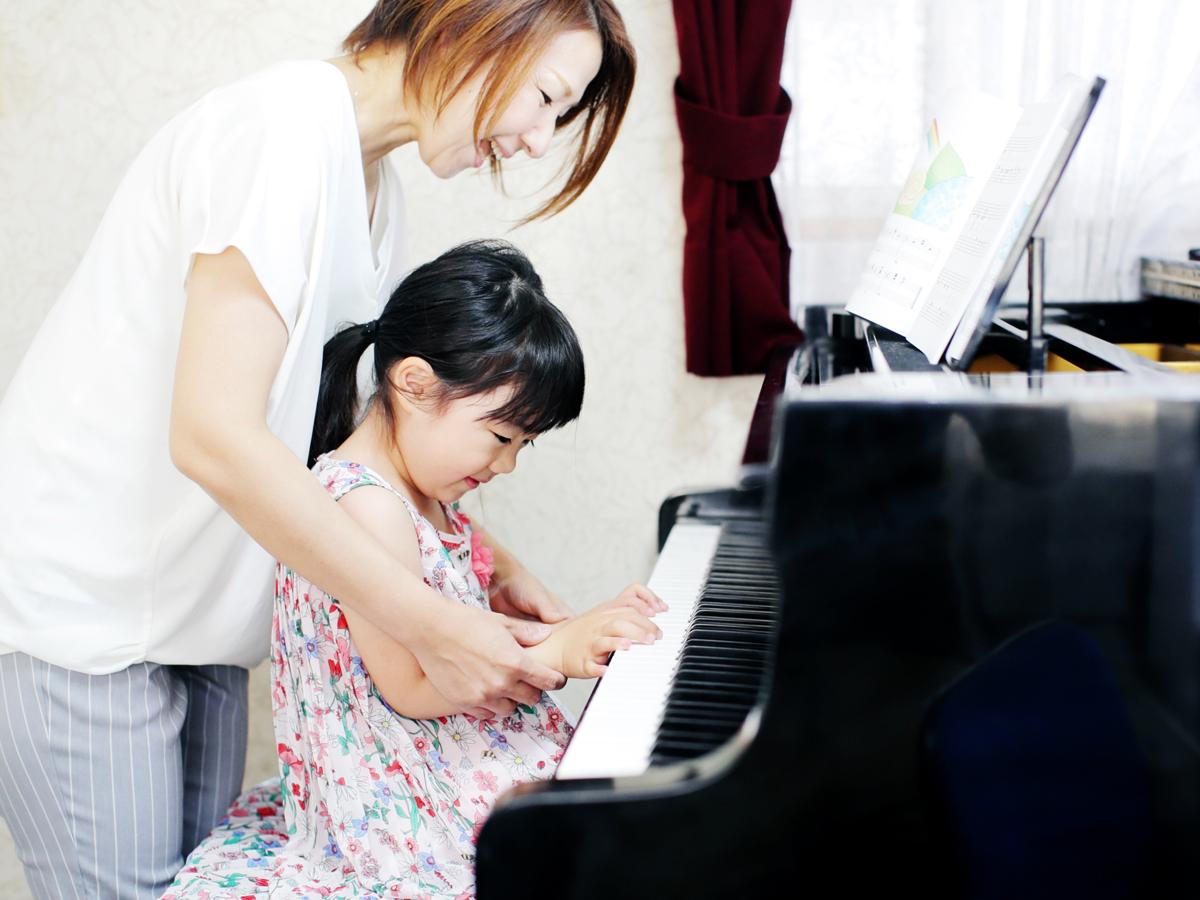 ピアノレッスンでは楽譜を見てピアノで弾きます。