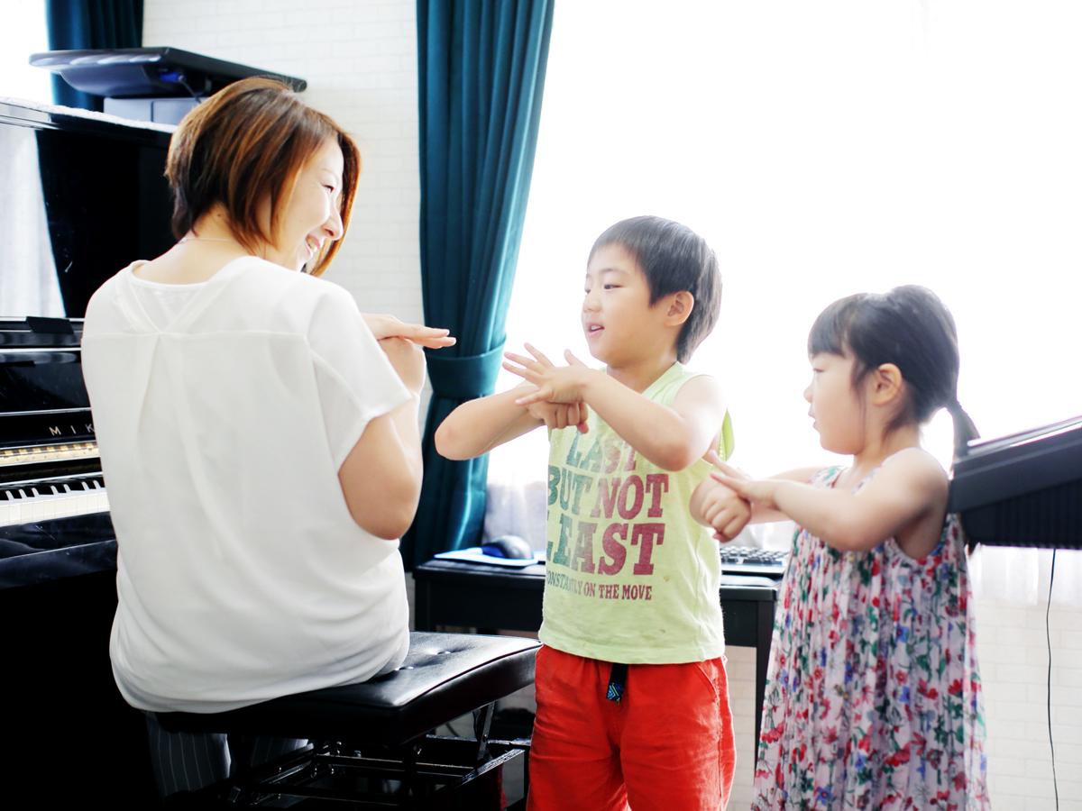 先生が演奏する楽器に合わせて個人やみんなで歌います。