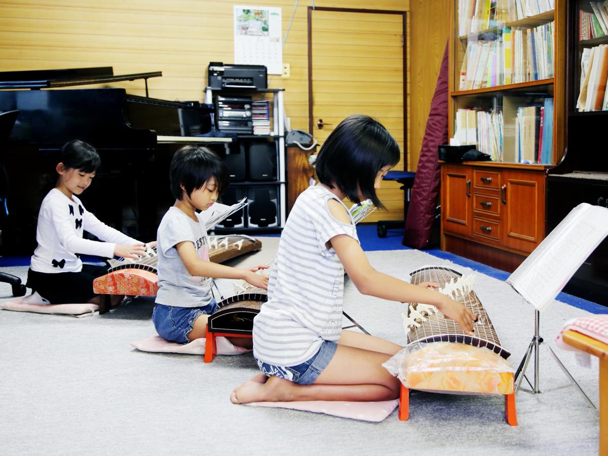 子供達による琴の演奏