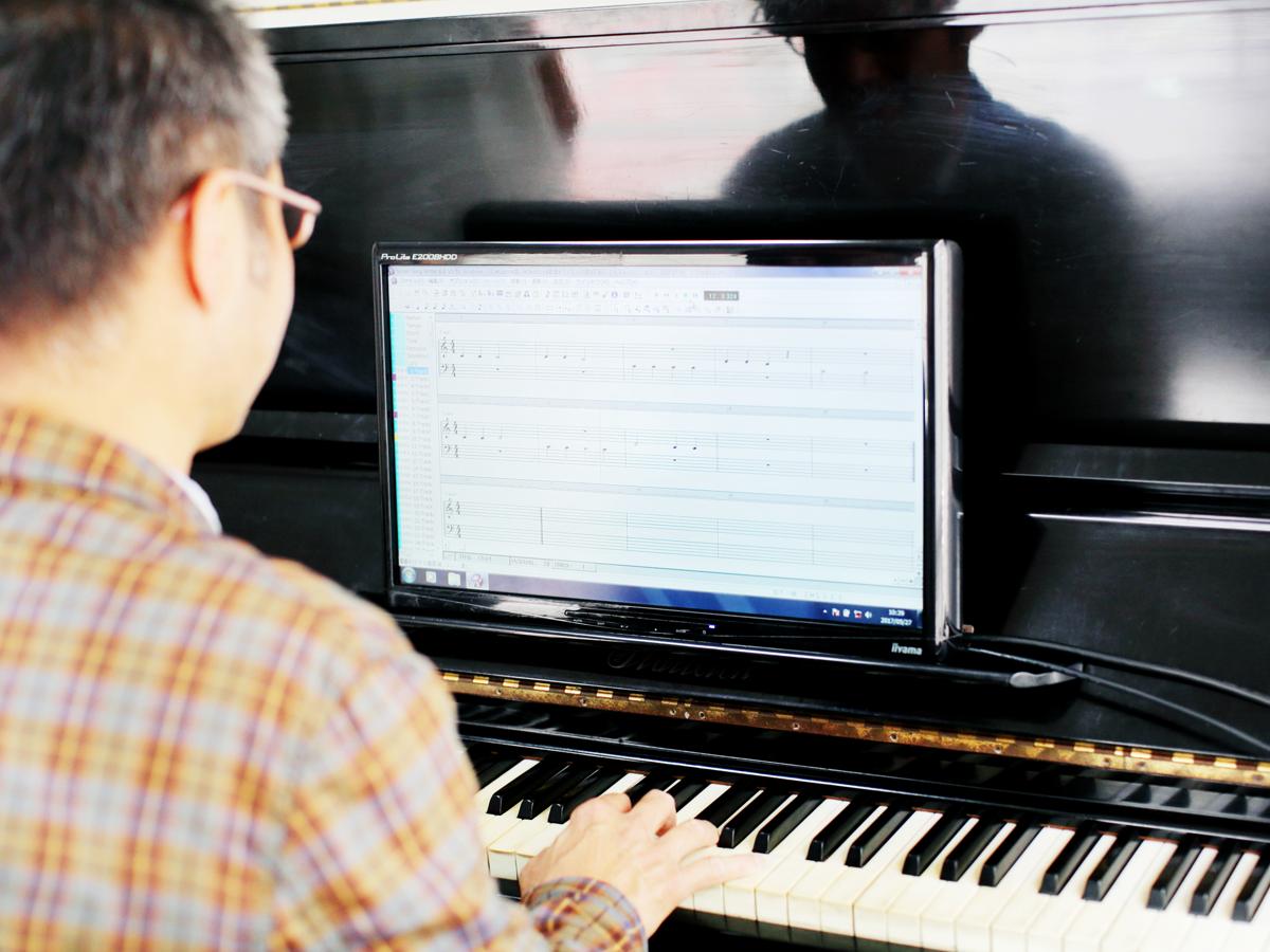 パソコンを見てピアノの譜面の通りに演奏します
