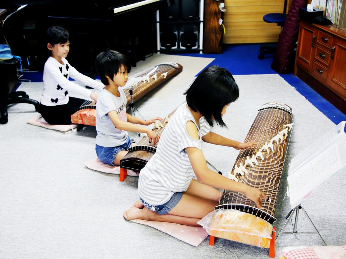 琴を演奏する子供達 堀川ミュージックスクール